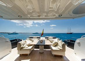 oberdeck sitzgruppe luxusyacht sunseeker predator 84 balearic islands