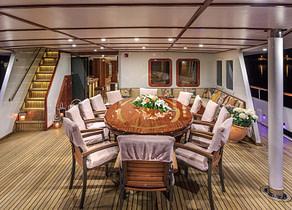 essbereich tisch oberdeck luxusyacht benetti 30m