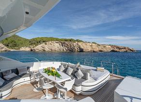 oberdeck sitzgruppe luxusyacht mangusta 92 five stars balearic islands
