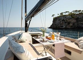 oberdeck sitzgruppe sailing yacht luxury charter miayabi balearic islands