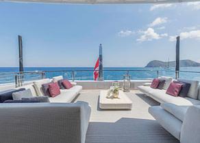 oberdeck sitzgruppe luxusyacht rossinavi 50m lel charter
